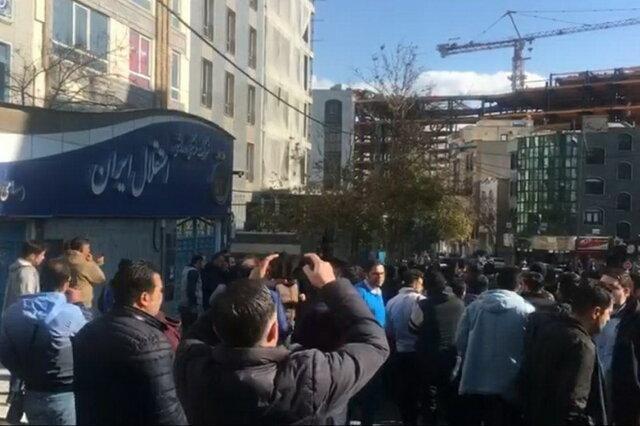 طرفداران خشمگین استقلال درب باشگاه استقلال را شکستند